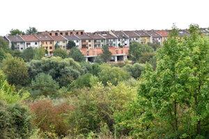Z jednej časti územie ohraničuje štvrť s radovými domami.