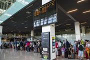 Cestujúci na letisku M. R. Štefánika v Bratislave.