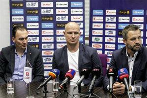 Martin Štrbák v spoločnosti prezidenta SZĽH Miroslava Šatana a trénera reprezentácie do 20 rokov Róberta Petrovického.