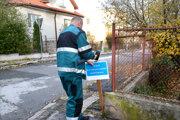 Modré tabule Košičanov hnevali. V tejto zimnej sezóne sa už na chodníkoch neobjavia.