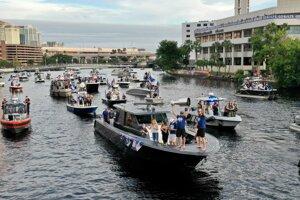 Hokejisti Tampa Bay Lightning oslávili zisk Stanleyho pohára netradične na lodicach.