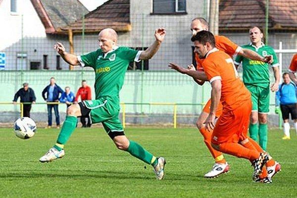 V zápase Topoľníky – Vydrany (4:0) strelil tri góly Imrich Mandák (vľavo v zelenom drese), jeden pridal Kristián Bogyai (vpravo).