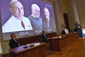 Záber z oznámenia laureátov Nobelovej ceny za medicínu. Rovnými dielmi si ocenenie delia Harvey J. Alter (vľavo na obrazovke v pozadí), Michael Houghton (v strede) a Charles M. Rice za objav vírusu, ktorý spôsobuje hepatitídu typu C.