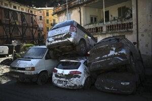 Nakopené autá vo frnacúzskom mestečku Breil-sur-Roya pri talianskych hraniciach.