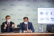 Na snímke sprava riaditeľ Útvaru hodnoty za peniaze Štefan Kišš a minister financií SR Eduard Heger (OĽaNO) počas tlačovej konferencie na tému: Predstavenie Národného integrovaného reformného plánu - Moderné a úspešné Slovensko 5. októbra 2020 v Bratislave.