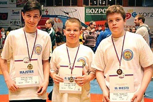 Trio medailistov zo ZK Corgoň Nitra - zľava Dominik Nagy, Richard Škoda a Daniel Pekarovič.