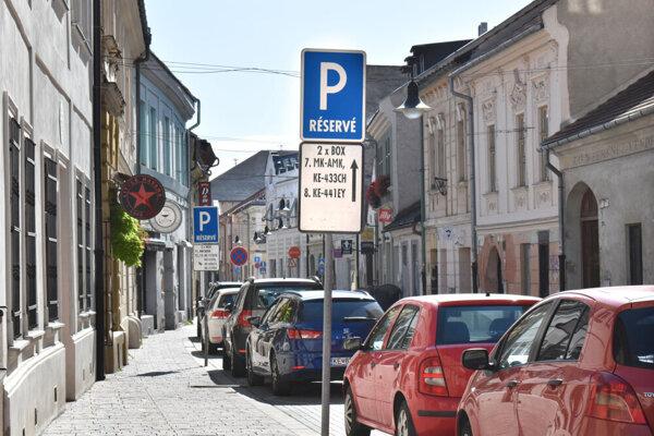 """Napriek prísľubom mesta značky """"P-RÉSERVÉ"""" z Kováčskej ulice zatiaľ nezmizli."""