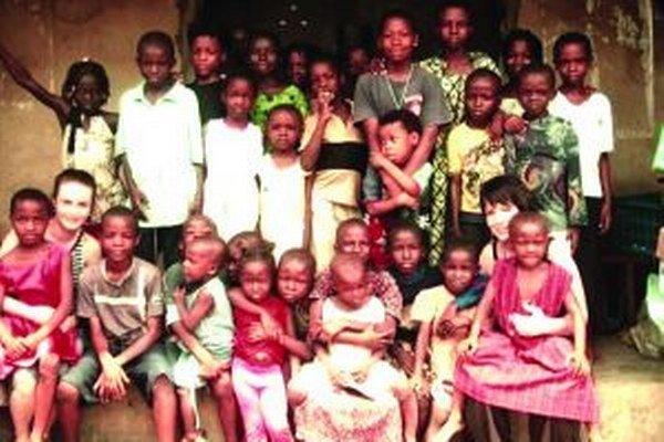 Ľudmila Trenklerová (vľavo) s deťmi v Nigérii.