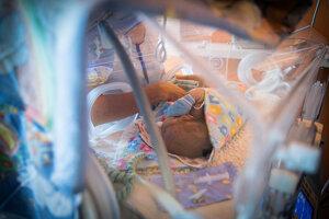 Zdravotnícky personál kontroluje bábätko.