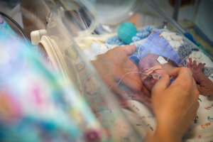 Sestra podáva bábätku cukrový roztok.