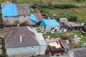 Malé tornádo poškodilo v Gemerskej Vsi strechy rodinných domov.
