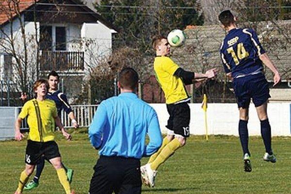 Neded (v žltom) porazil Nové Zámky 2:1, keď víťazný gól padol v 89. minúte.