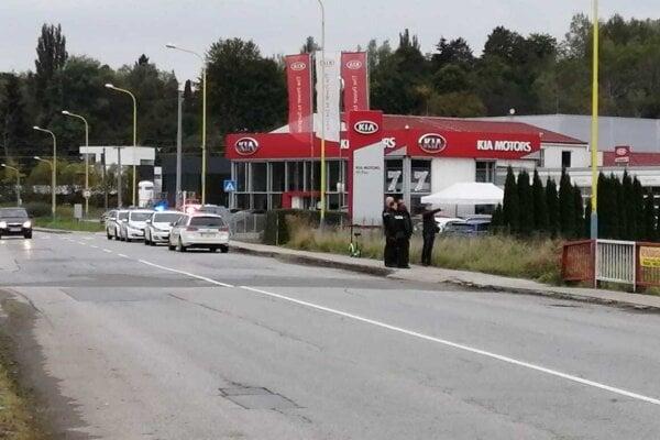 Na ulici Pod Táborom zasahovalo niekoľko policajných hliadok. Policajti utekali so zbraňami v ruke popri rieke Sekčov.