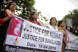 Demonštrantky protestujú proti usmrteniu 19-ročnej študentky, ktorú upálili na príkaz riaditeľa islamskej školy, ktorého nahlásila za sexuálne obťažovanie v Dháke 19. apríla 2019.