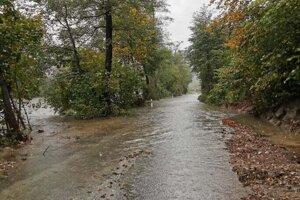 Obchádzka pri Veľkej Lodine je zaplavená.