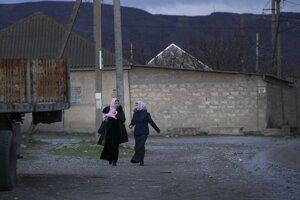 Dve ženy kráčajú ulicou dagestanskej obce Komsomolské v Ruskej federácii.