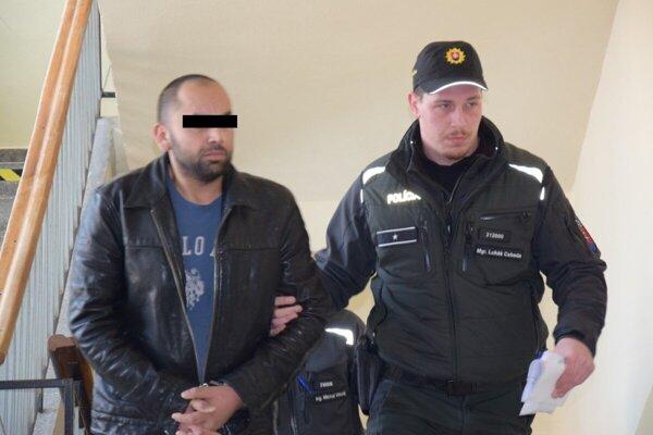 Jozefa privádza polícia pred trebišovského sudcu.