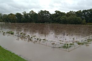 Zaplavené futbalové ihrisko Lovča.