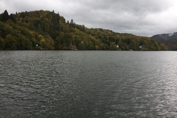 Okolo Ružína sa spustila polemika, či ho nemali vodohospodári začať vypúšťať skôr a či sa nedalo predísť škodám pod priehradou. Na snímke naplnený Ružín z nedele 11. októbra 2020.