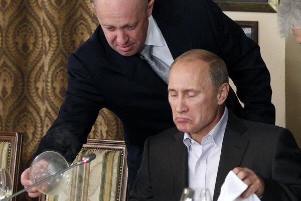Na archívnej snímke z 11. novembra 2011 Jevgenij Prigožin servíruje jedlo vtedajšiemu ruskému premiérovi Vladimirovi Putinovi vo svojej reštaurácii v Moskve.