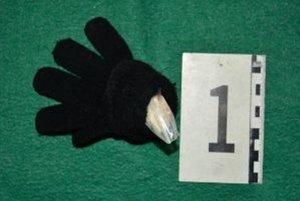 Policajtom muž odovzdal čiernu pletenú rukavicu, v ktorej bolo 33 gramov metamfetamínu.