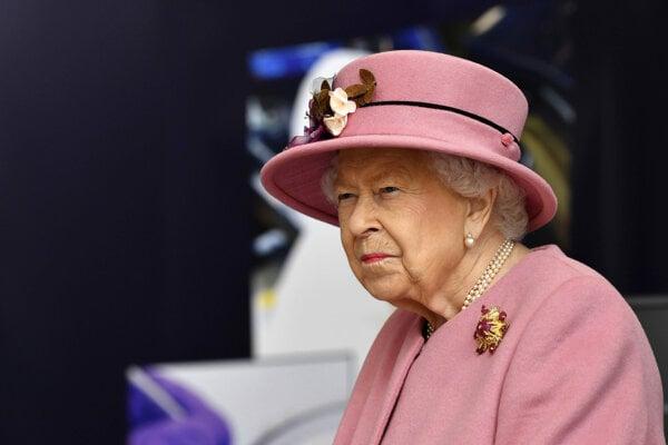 Britská kráľovná Alžbeta II. prichádza na návštevu Laboratória pre obranné vedy a technológie (DSTL) v anglickom Portone Down 15. októbra 2020.