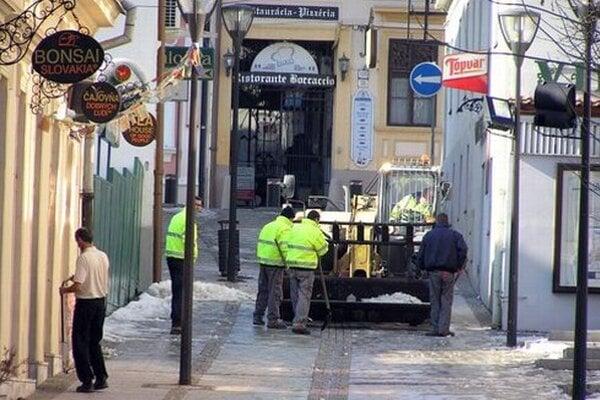 Mestské služby majú na starosti aj zimnú údržbu. Zabezpečujú ju s pomocou externých dodávateľov. Na snímke je odvoz snehu z pešej zóny.