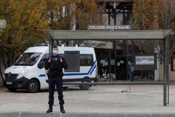 Vražda učiteľa vyvolala vo Francúzsku pobúrenie.