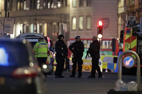 Policajti po zásahu na moste London Bridge.