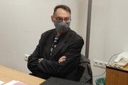 Bývalý generálny prokurátor Dobroslav Trnka s ochranným rúškom počas ústneho pojednávania pred disciplinárnou komisiou Generálnej prokuratúry SR v Bratislave.