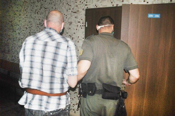 Eskorta odvádza Jaroslava zo súdu späť do väzby, odkiaľ už poputuje do výkonu trestu.