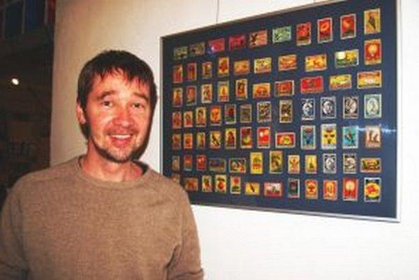 Ján Litvák pri časti kolekcie indických zápalkových nálepiek.