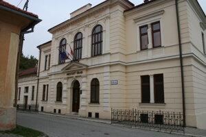 Mestský úrad v Gelnici. Mesto by potrebovalo ľudí na pomocné práce.