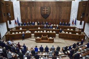 Poslanci parlamentu si uctili minútou ticha úmrtie 48-ročného lekára z Oravy, ktorý podľahol na ochoreniu Covid-19.