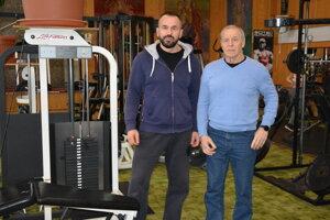 Bystrík Káčer st. (vpravo) so svojim synom Bystríkom Káčerom ml. už 29 rokov prevádzkujú v Topoľčanoch fitnesscentrum. Až v tomto roku však museli po prvýkrát svoju prevádzku zavrieť.
