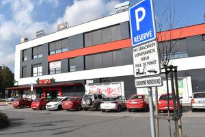 Mesto predalo pozemky na časť parkoviska. Miesta mali byť verejné. Dopravná značka dokazuje, že je súkromné a parkovanie je obmedzené len na zákazníkov.