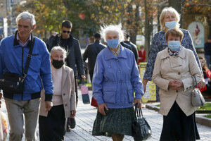 Seniorky s ochrannými rúškami kráčajú po ulici v Kyjeve.
