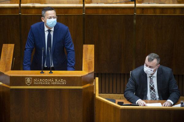 Zľava poslanec Národnej rady Ladislav Kamenický (Smer) a minister práce Milan Krajniak (Sme rodina) počas schôdze parlamentu v Bratislave 21. októbra 2020.