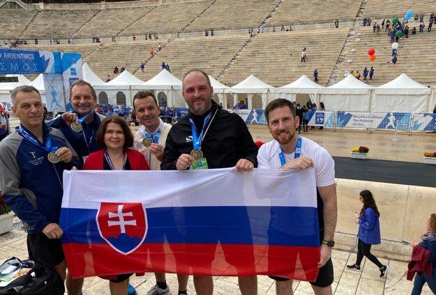Košická delegácia s primátorom Polačekom a poslancom Semanom (úplne vpravo) v novembri 2019 na maratóne v Aténach, kde sa tiež kontroverzne čerpal reprefond prvého muža Košíc.