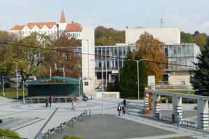 V čase rekonštrukcie Námestia hrdinov v roku 2011 sa škola volala Pedagogická a sociálna akadémie v Leviciach.