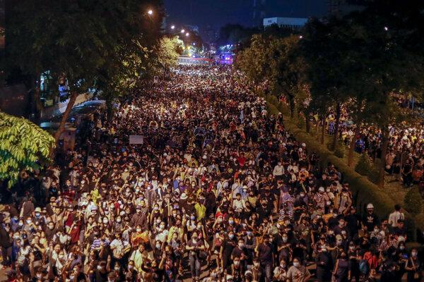 Thajskí prodemokratickí demonštranti sa zhromaždili pred budovou vlády premiéra Prajuta Čan-o-ča počas protivládneho protestu v thajskom Bangkoku 21. októbra 2020.