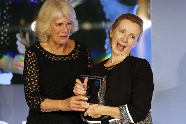 Camilla, vojvodkyňa z Cornwallu (vľavo), odovzdáva cenu Man Booker za fikciu 2018 britskej spisovateľke Anne Burnsovej