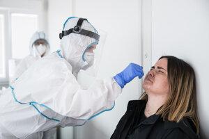 Antigénne testovanie na ochorenie Covid-19 v mobilnom odberovom mieste.