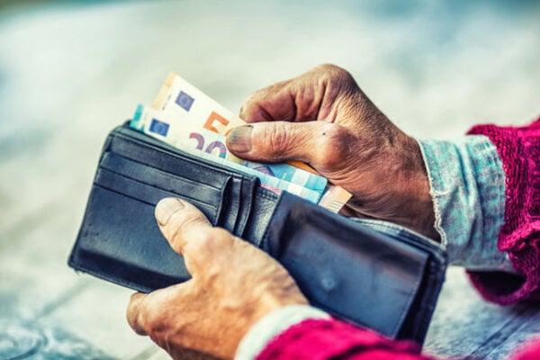 Obeťami podvodníkov sú najmä seniori.