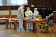 Zdravotníci z radov armády zabezpečujú testovanie na Orave.