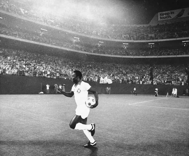 Na archívnej fotografii z 25. augusta 1977 pred zápasom s Rochester Lancers na štadióne Giants Stadium v East Rutherford.