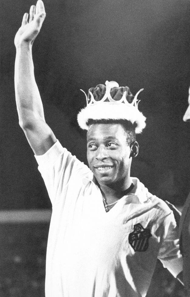 """Na archívnej fotografii zo 4. februára 1979 brazílsky futbalista Pele máva fanúšikom po tom, čo bol korunovaný za """"kráľa futbalu""""."""