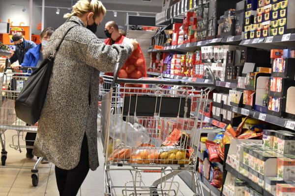 Deň pred zákazom vychádzania bolo v nákupných centrách už okolo poludnia o poznanie viac zákazníkov ako v bežný deň.
