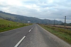 Inokedy frekventovaná cesta medzi Tvrdošínom a Trstenou.je dnes tichá.