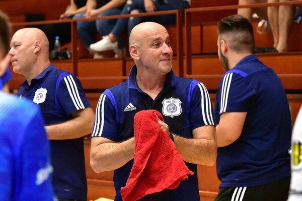 Tréner hádzanárov Šale Michal Lukačín.